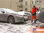 Дворник устраняет последствия снегопада
