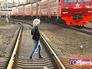 Девушка переходит железную дорогу
