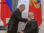 Владимир Путин вручает госнаграду главе паралимпийского комитета Филиппу Крейвену