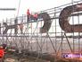 """Рабочие демонтируют вывески """"Москвич"""" на здании автозавода"""