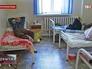 Отравившиеся люди лежат в больнице