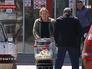 Покупатели выходят из супермаркета