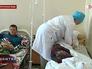 Врач осматривает больных