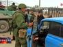 Российские военнослужащие досматривают машину