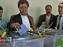 Залман Расул голосует на выборах в Афганистане