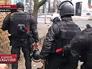 """Бойцы """"Беркута"""" укрываются от выстрелов по время беспорядков в Киеве"""