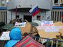 Баррикады у захваченного здания СБУ в Луганске