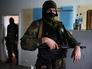 Сторонники проведения референдума о статусе Луганской области в захваченном здании СБУ