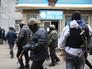 Вооруженный патруль у одного из отделений милиции города Славянска
