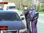 Инспекторы ДПС Севастополя проверяют права у водителя
