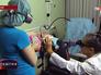 Офтальмолог проводит обследование пациента