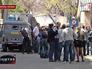Люди на КПП военной базы в Мариуполе