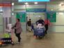 Пассажиры выходят из зоны таможенного контроля