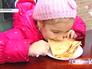 Девочка ест блинчики