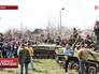 Украинские военные, заблокированные местными жителями