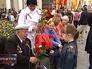 Жители Москвы поздравляют ветеранов с днем победы