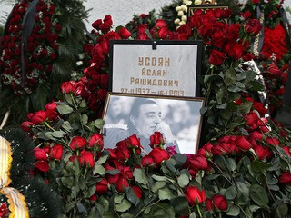 Траурные венки у могилы криминального авторитета Аслана Усояна