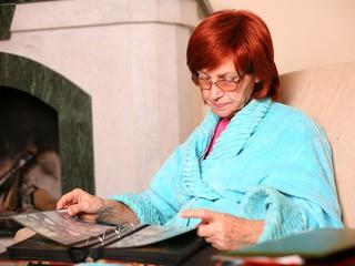 Женщина рассматривает фотографии