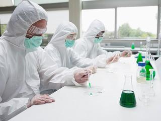 Химики в защитных костюмах