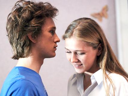Поцелуй сквозь стену