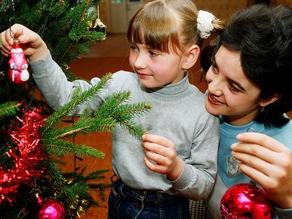 Мама и дочь наряжают ёлку