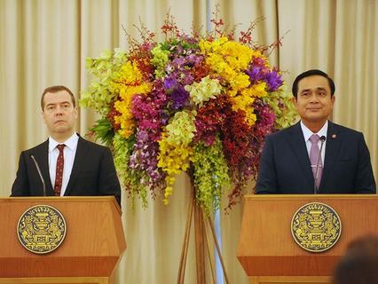 Дмитрий Медведев с премьер-минстром Таиланда Праютой Чан-Очой