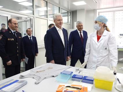 Мэр Москвы Сергей Собянин осматривает ДНК-лабораторию ГУ МВД России по городу Москве