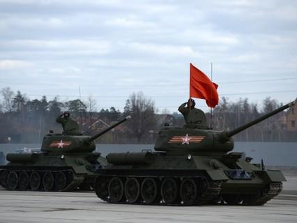 Танки Т-34-85 на полигоне в Алабине во время совместной тренировки пеших и механизированных колонн к параду Победы