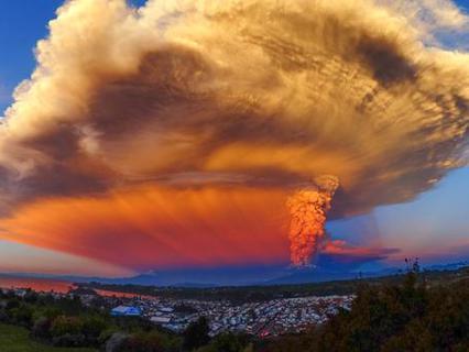 Извержение вулкана Кальбуко в Чили, вид со стороны Пуэрто-Вараса