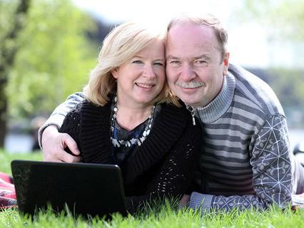 Счастливая пожилая пара в парке