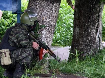 Сотрудники правоохранительных органов проводят специальную операцию по задержанию группы боевиков в Нальчике