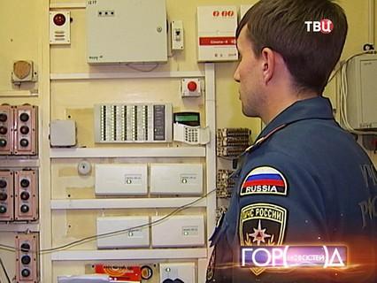 Инспектор МЧС России проверяет пожарную автосигнализацию в школе