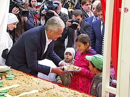 Сергей Собянин угощает детей гигантской шарлоткой
