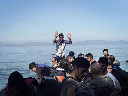 Мигранты переправляются в Европу на лодке