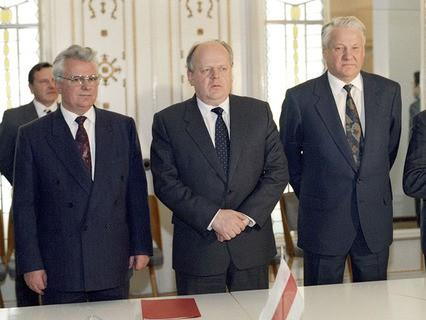 Леонид Кравчук, Станислав Шушкевич и Борис Ельцин после подписания Соглашения о создании СНГ в Беловежской пуще