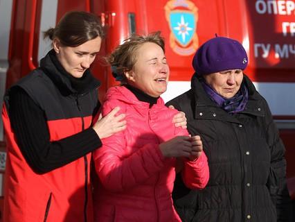 """Психолог МЧС помогает родственникам пассажиров рейса 9268 в аэропорту """"Пулково"""""""