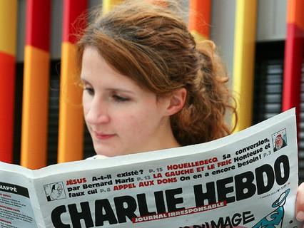 Девушка читает Charlie Hebdo