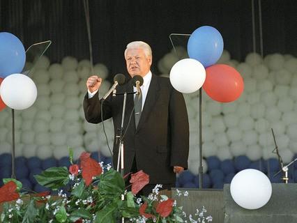 Борис Ельцин выступает на митинге