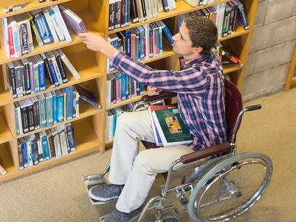 Инвалид-колясочник в библиотеке