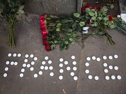 Москвичи в знак скорби принесли цветы к посольству Франции
