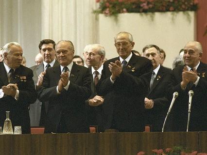 Генеральный секретарь ЦК КПСС Юрий Андропов на торжественном заседании