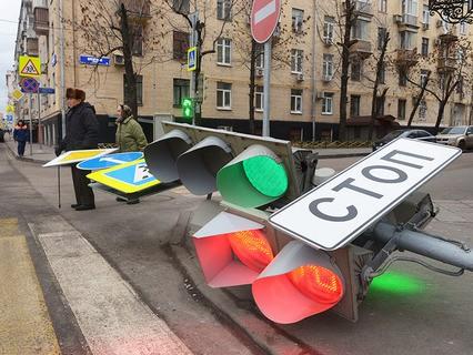 Штормовой ветер повалил светофор на улице Бурденко в Москве