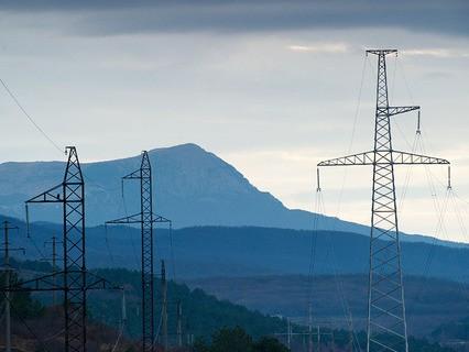 Линии электропередач в окрестностях села Партизанское в Крыму