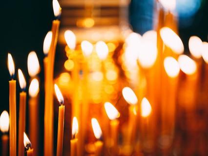 Горящие свечи в церкви