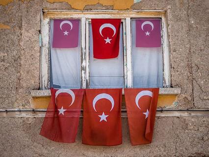 Турецкие флаги на окне