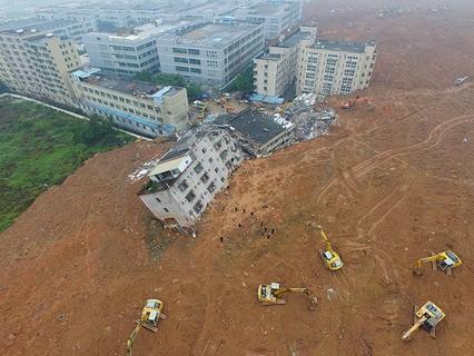 Последствия схода оползня в Китае