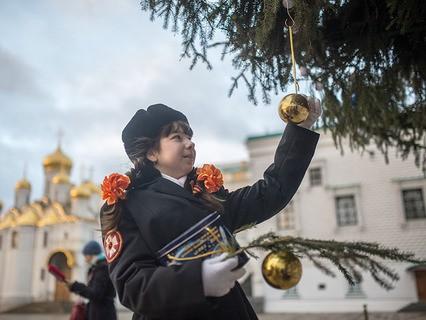 Кадет украшает новогоднюю ёлку на Соборной площади Кремля