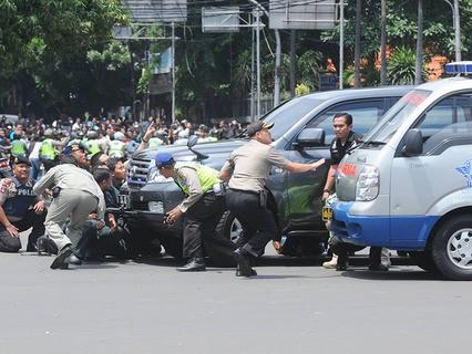 Индонезию потрясла серия терактов