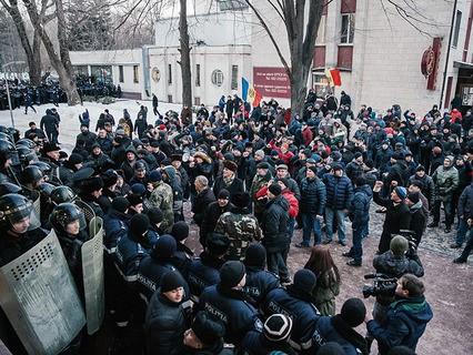 Протестующие и сотрудники правоохранительных органов у здания парламента в Кишинёве