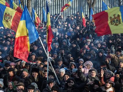 Протестующие у здания парламента в Кишинёве